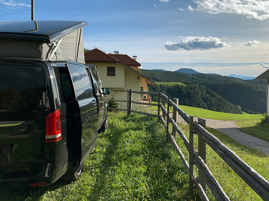 Marco Polo vor einem Alpen-Panorama